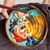 Už žádné fádní snídaně! Připravte si duhově krásné smoothie bowls